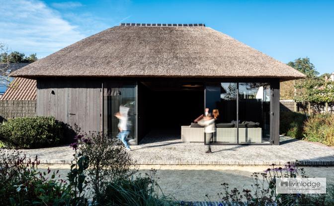 Poolhouse avec toit de chaume et bardage en frêne themro-traité Le Coq