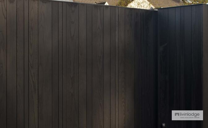 Portail revêtu en bois avec finition noire