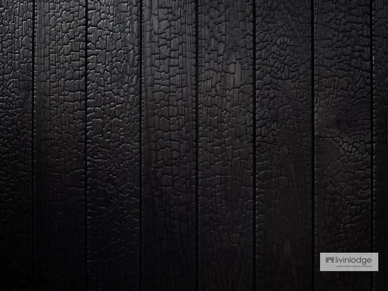 Zwart gebrand hout voor poort