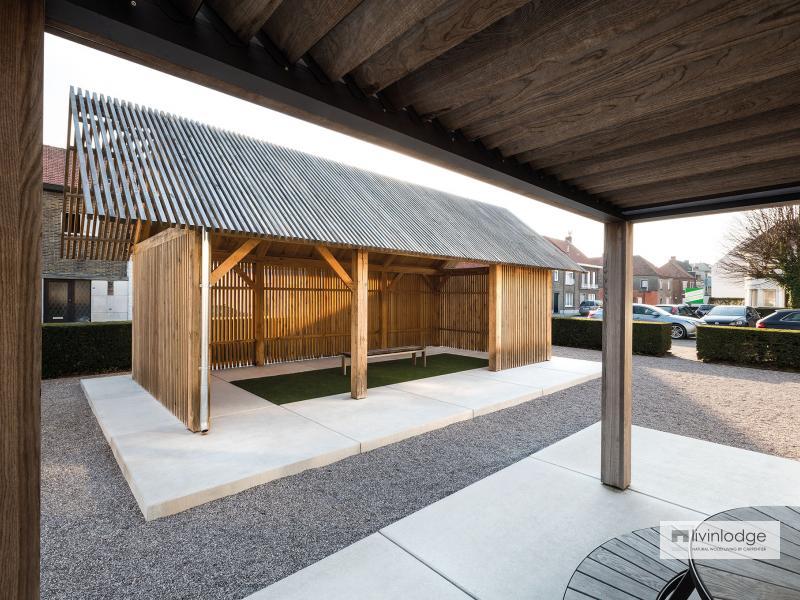 Modern houten bijgebouw op parking