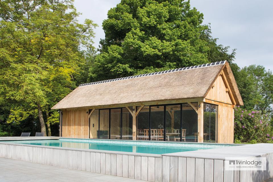Pool house en chêne avec toit en chaume à Grimbergen
