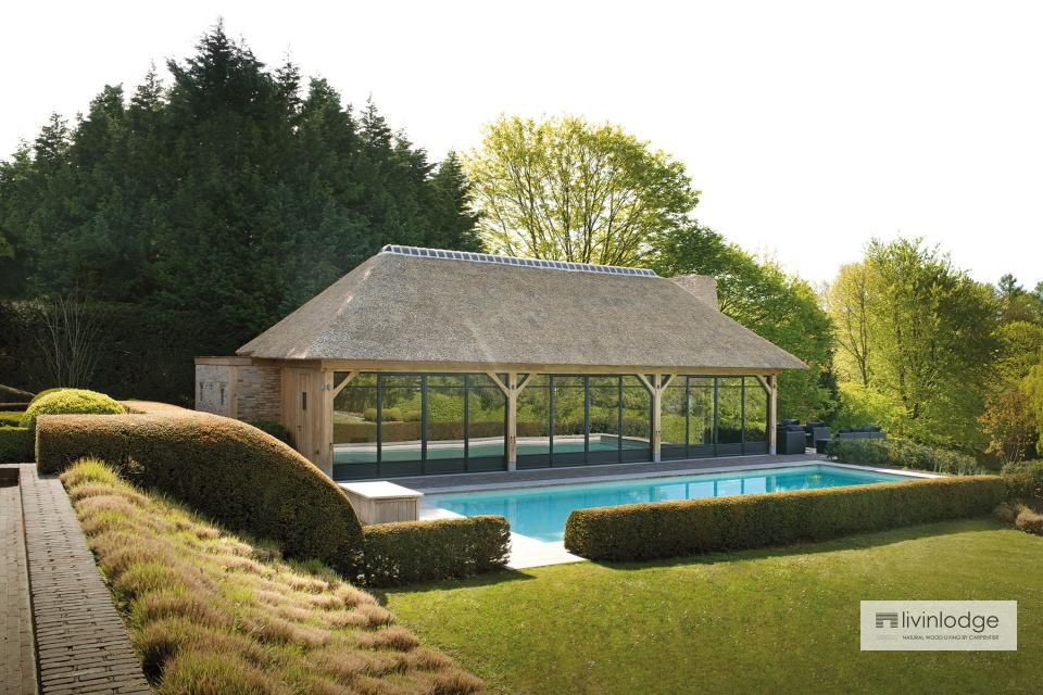 Pool house exclusif avec étage sous un toit en chaume à Renaix